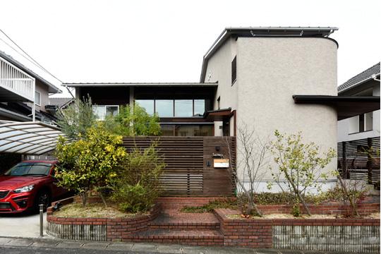 豊かな木の質感と陰影の家